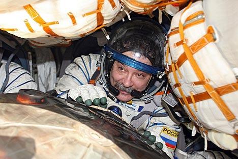 Six heures après le lancement, Mikhaïl Tiourine a rempli sa mission d'honneur : il a livré la flamme olympique à bord de la station. Crédit : AP