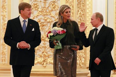 Le président russe Vladimir Poutine (à dr.) accueille le roi des Pays-Bas Willem-Alexander et la reine Maxima. Crédit : Reuters
