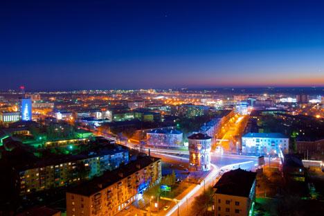 Vue nocturne d'Orenbourg (avenue de la Victoire) depuis le bâtiment de l'Université d'État d'Orenbourg. Crédit photo : Geophoto