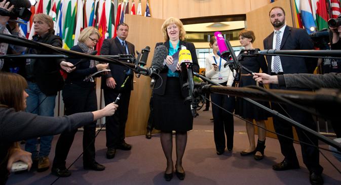 6 novembre 2013. La Néerlandaise Liesbeth Lijnzaad, specialiste en droit international, parle avec des journalistes à la suite de l'audience au Tribunal international du droit de la mer, à Hambourg.  Crédit : AP