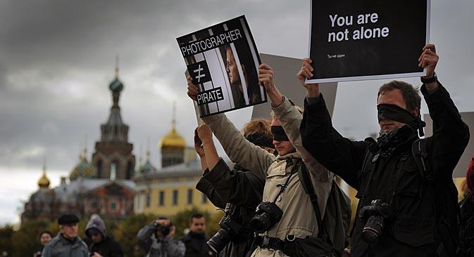 Saint-Pétersbourg : une manifestation de soutien au photographe Denis Sinakov arrêté avec les écologistes d'Arctic Sunrise. Crédit : Itar-Tass