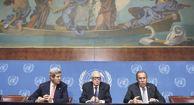 M. Brahimi entouré des chefs de la diplomatie américaine et russe. Crédit : Reuters