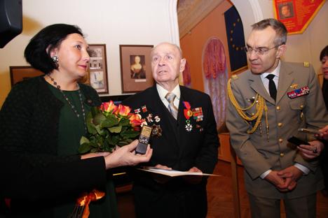 Valentin Ogourtsov (au centre) à la remise de sa Légion d'honneur. Source : service de presse