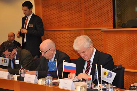 Le représentant permanent de la Russie à l'UE Vladimir Tchijov (à droit). Crédit : Victor Onoutchko