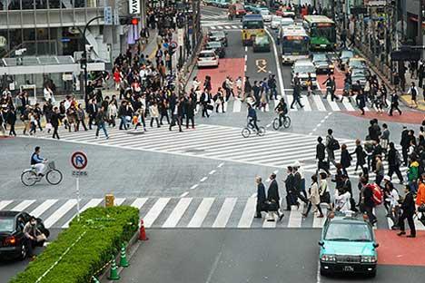 Le célèbre passage piéton Shibuya au Japon est le passage piétons le plus traversé au monde. Source : Théo/flickr.com