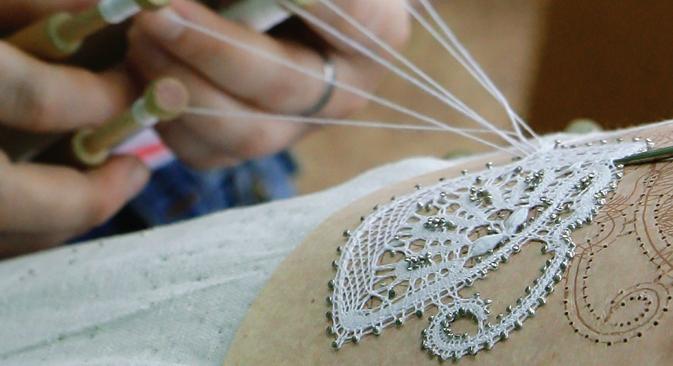 La dentelle, encore de nos jours, est fabriquée à la main à partir de fuseaux et de bobines. Crédit : Anton Denissov / RIA Novosti