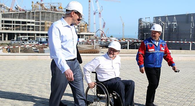 Le président du Comité international paralympique Philip Craven (au centre) lors de sa première visite au parc olympique de Sotchi. Crédit : Mikhaïl Mokrouchine / RIA Novosti