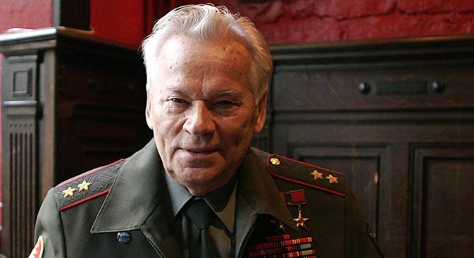 Au cours de sa vie, Kalachnikov reçut des dizaines de distinctions du gouvernement pour devenir une véritable légende nationale et mondiale. Crédit : Reuters