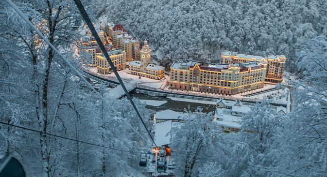 La station caucasienne dispose d'incontestables atouts : étalée sur le flanc Nord, elle offre une neige de grande fraîcheur, grâce aussi à l'influence de la Mer Noire toute proche. Crédit : Paul Duvernet