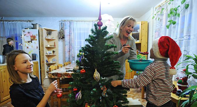 Les cadeaux ne sont pas disposés dans des chaussettes accrochées au-dessus de la cheminée, mais déposés sous l'arbre qui règne à la fête. Crédit : Itar-Tass