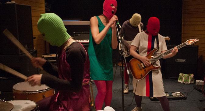 Les Pussy Riot, selon Maxim Pozdorovkin, ne sont pas de simples musiciennes comme le pensent les Occidentaux, mais de véritables artistes conceptuelles. Crédit : Itar-Tass