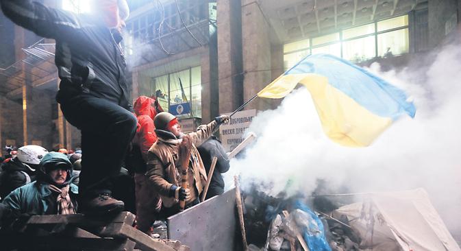 À Kiev, des dizaines de milliers de personnes ont envahi la place de l'Indépendance, le « Maïdan ». Le centre de la capitale a vu se dresser des barricades de fer et de glace. Crédit : AP
