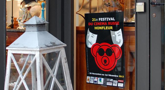 La promenade dans les rues de Honfleur met en évidence que le festival du cinéma russe ne laisse pas indifférents les commerçants de la ville. Crédit : Maria Tchobanov