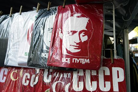 Les magasins de cadeaux russes proposent une série d'articles liés à Vladimir Poutine. Crédit : PhotoXPress