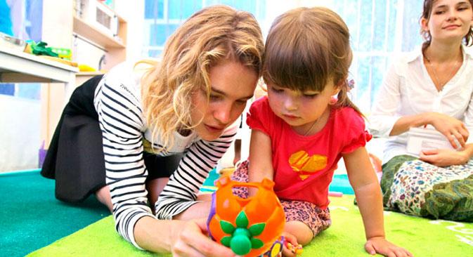 Natalja Wodjanowa spielt mit dem Mädchen im Kinderzentrum der Stadt Krymsk, stark betroffen von der Überschwemmung im Sommer 2012.  Foto: Vera Kostamo/RIA Novosti