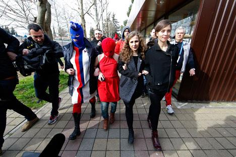 Maria Alekhina (2e à droit) et Nadejda Tolokonnikova (à droite) à Sotchi. Crédit : Reuters