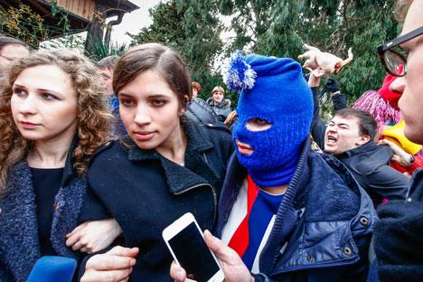 Maria Alekhina (à gauche) et Nadejda Tolokonnikova (2e à gauche) à Sotchi. Crédit : Reuters