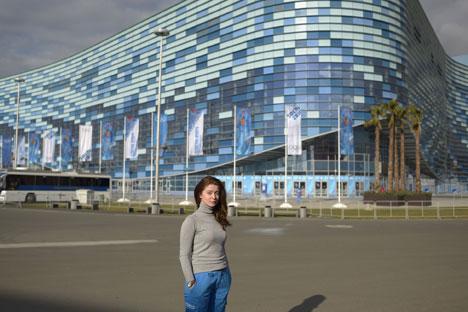 Une bénévole pose devant le stade olympique à Sotchi. Crédit : Mikhaïl Mordassov