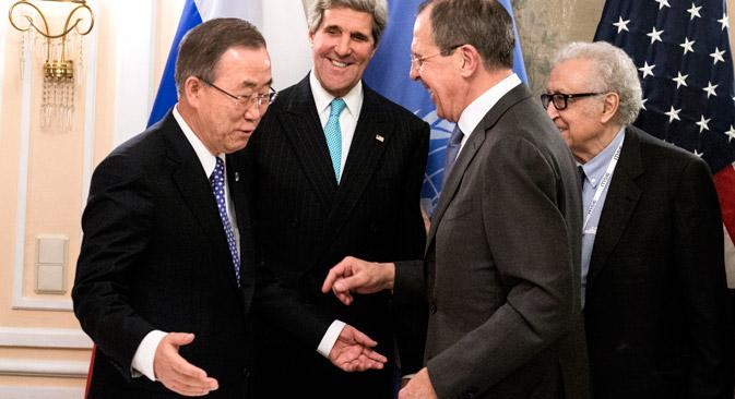 De g. à dr.: le secrétaire général de l'ONU Ban Ki-moon, le secrétaire d'Etat américain John Kerry, le ministre des Affaires étrangères russe Sergueï, l'envoyé spécial de l'ONU Lakhdar Brahimi. LavrovCrédit : AP