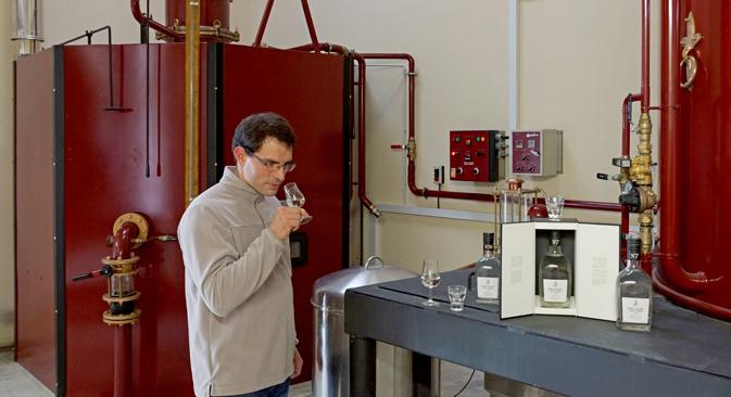 Christophe Gauville, maître de chais de la distillerie, devant l'alambic spécialement réalisé pour la marque Viche Pitia. Crédit : Emmanuel Grynszpan