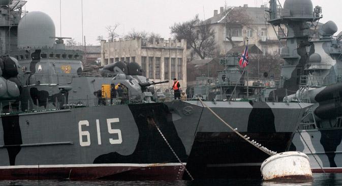 Des navires russes à la base navale militaire russe à Sébastopol, en Crimée. Crédit : Reuters