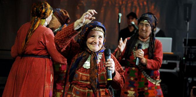 """""""Buranowskije Babuschki""""  singen Liedtexte dem Udmurtischen, einer finno-ugurischen Sprache, die in Russland nur 350 000 Menschen sprechen. Foto: ITAR-TASS"""