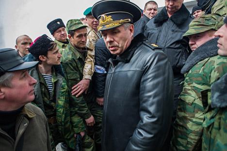 Le chef de la Flotte russe de la mer Noire Alexandre Vitko quitte le territoire de l'État-major de la Marine d'Ukraine. Crédit : AP