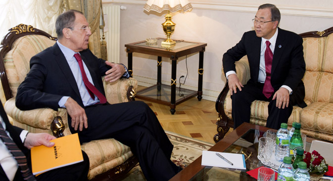 Le ministre russe des Affaires étrangères Sergueï Lavrov (à gauche) et le secrétaire général de l'ONU Ban Ki-moon. Crédit : AP