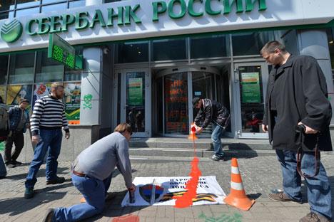 Le bâtiment du bureau central de Sberbank à Kiev a été recouvert de peinture : d'après les protestataires, la banque aurait des liens avec le financement des troubles dans l'est de l'Ukraine. Crédit photo : AFP / Eastnews