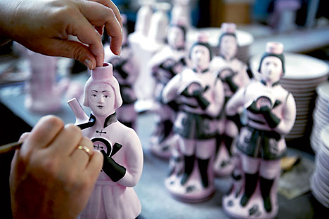 La peinture sur objets en porcelaine. Crédit photo : ITAR-TASS