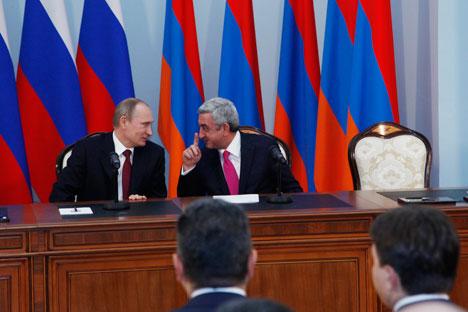 Les présidents russe Vladimir Poutine (à g.) et arménien Serge Sargsian lors de la signature des documents à l'issue d'une rencontre russo-arménienne le 2 décembre 2014. Crédit : Itar-Tass