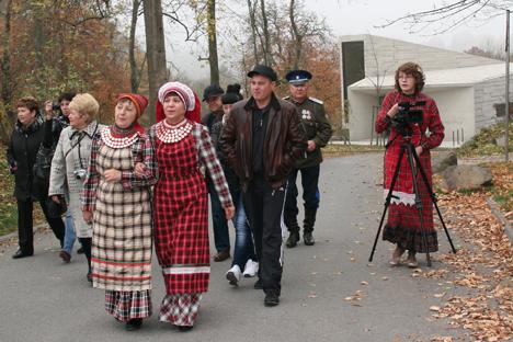 """Le voyage des Nağaybäks à Paris a fait l'objet d'un documentaire ethnographique De Paris à Paris. Source : Archives de l'expédion """"Oural"""""""