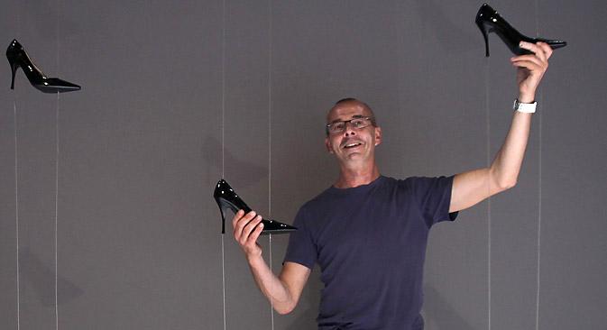 Thierry Malandain pose avec les décorations pour son spectacle Cendrillon. Crédit : AFP/East News