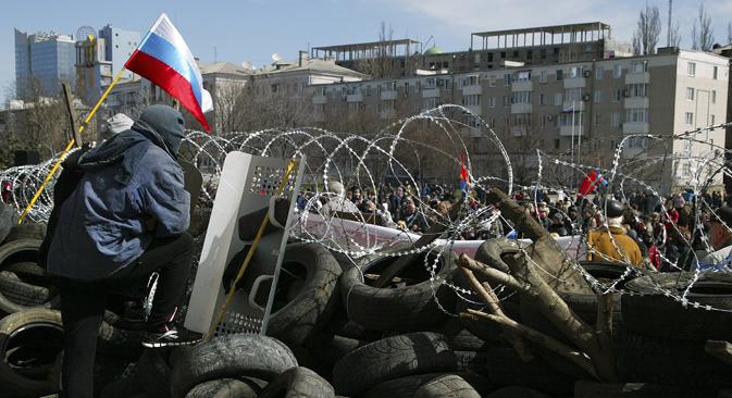 Des barricades à Donetsk. Crédit : AP