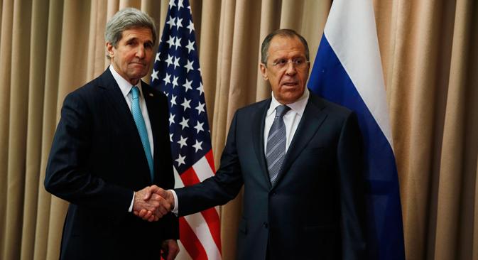 Le secrétaire d'État américain John Kerry (à g.) et le ministre russe des Affaires étrangères Sergueï Lavrov. Crédit : Reuters