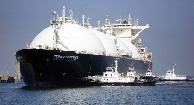 Un navire-citerne de gaz naturel liquéfié (GNL) arrive à la station de stockage de gaz de la ville de Sodegaura, dans la préfecture de Chiba, à l'est de Tokyo, pour la première cargaison de GNL de Sakhaline II, un projet de développement de gaz naturel à Sakhaline, en Russie. Crédit photo : AFP / Eastnews