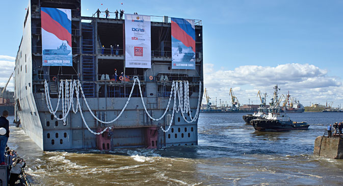 La mise à l'eau de la poupe du premier porte-hélicoptères de classe Mistral destiné à la Marine russe à l'Usine de la Baltique de Saint-Pétersbourg. Crédit : Alexeï Danitchev/RIA Novosti