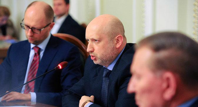 La « table ronde d'unité nationale » s'est ouverte par une allocution d'Alexandre Tourtchinov (au centre). Crédit : Reuters