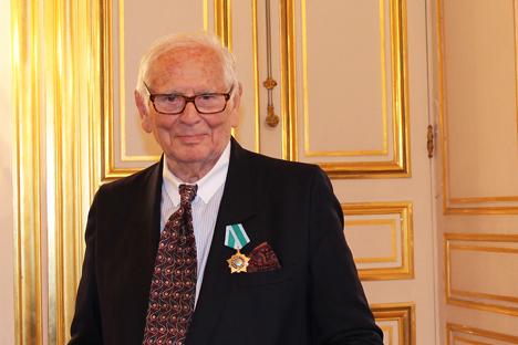 En raison de son amour pour la Russie et de sa volonté de démocratiser la haute couture, Cardin a été surnommé « le couturier rouge ». Crédit : Maria Tchobanov
