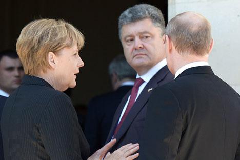 De gauche à droite : la chancelière allemande Angela Merkel, le président élu ukrainien Petro Porochenko et le président russe Vladimir Poutine lors d'une rencontre au château de Bénouville. Crédit : Alexeï Nikolski/RIA Novosti