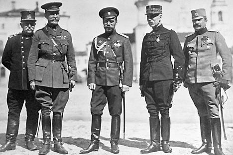 Les représentants militaires des puissances alliées. De gauche à droite : Marsengo (Italie), le Baron Rikkel (Belgique), Nicolas II (Russie), le Général Williams (Grande-Bretagne), le Marquis de Gramont (France) et le Colonel Land Kievitch (Serbie). Crédit photo : RIA Novosti