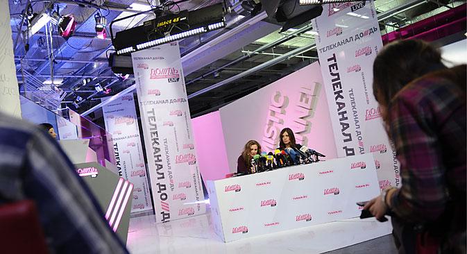Les membres du groupe Pussy Riot Maria Aliokhina et Nadejda Tolokonnikova, libérées de prison par une amnistie, donnent une conférence de presse pour la chaîne de télévision Dojd. Crédit : Photoshot/Vostockphoto