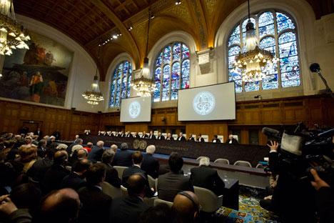 La cour a estimé que la Russie avait violé la Charte de l'énergie et a, de facto, extorqué la compagnie pétrolière à ses propriétaires légitimes en 2004. Crédit : AP