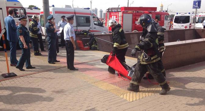 Les sauveteurs travaillent près de la station de métro Slavianskiï-Boulevard. Crédit : RIA Novosti