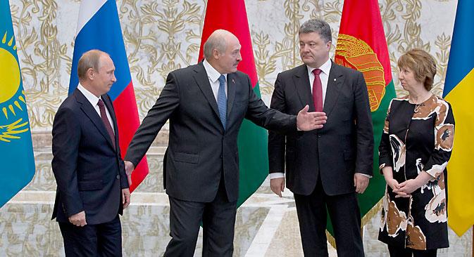 CDe g. à dr.: Les présidents russe, biélorusse et ukrainien, Vladimir Poutine, Alexandre Loukachenko et Petro Porochenko et la chef de la diplomatie européenne Catherine Ashton à Minsk. Crédit : AP