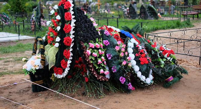 Les correspondants de Slon.ru ont retrouvé à la périphérie du cimetière deux tombes récentes des unités de parachutistes de Pskov. Crédit : Reuters