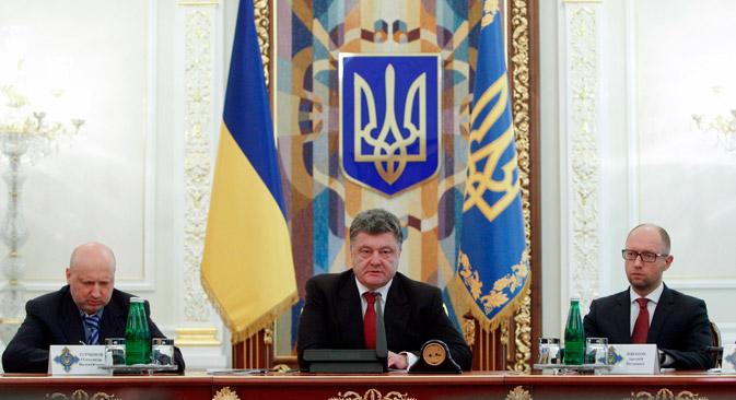 Petro Porochenko (au centre) a affirmé le 28 août que la Russie avait bien envoyé des troupes en Ukraine. Crédit : Reuters