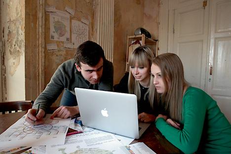 Jeunes activistes travaillant sur des projets d'aménagement de Moscou. Crédit : RIA Novosti