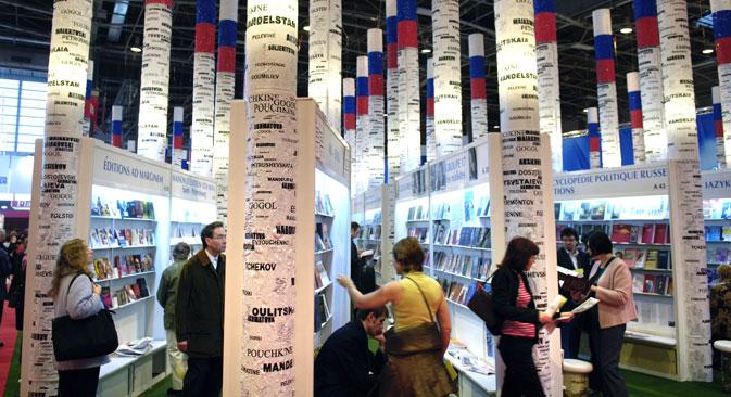 Le Salon du livre de Paris de 2005, dont la Russie était l'invitée d'honneur, a attiré des « foules de de visiteurs » désireux de rencontrer les écrivains russes et d'acheter leurs livres. Crédit : AFP/East News