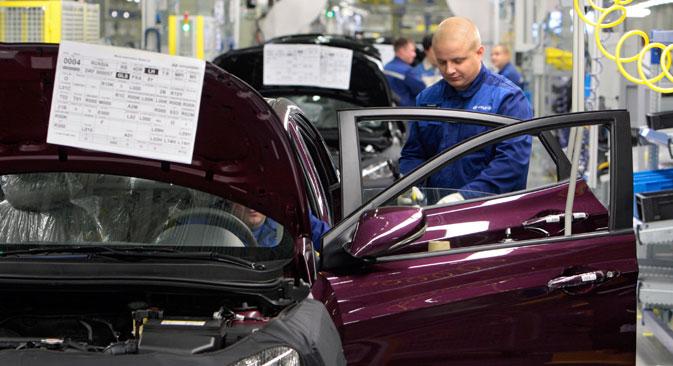 D'après l'enquête d'Avtostat, les ventes de véhicules d'occasion ont bondi de 12%, tandis que la demande de voitures neuves se contractait de 9%. Crédit : Alexey Danichev / RIA Novosti